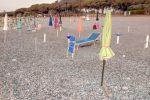 Ombrelloni e sdraio abusivi sulla spiaggia, sequestro a Borgia