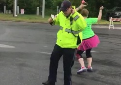 Poliziotto star alla gara di running: balla con i corridori e il video diventa virale Siparietto divertente durante una gara podistica nel New Hampshire - Dalla Rete