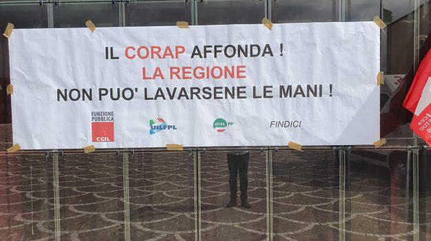 Uno striscione di protesta dei lavoratori Corap