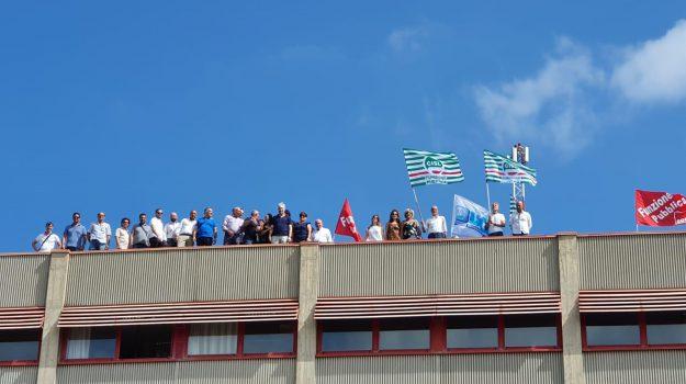 Corap schiacciato dai debiti e vicino al default, la protesta dei dipendenti a Lamezia - Foto