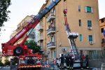 Crotone, scala per traslochi si ribalta: interviene la gru dei pompieri