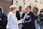 Merkel da Orban per la crepa nella Cortina di ferro