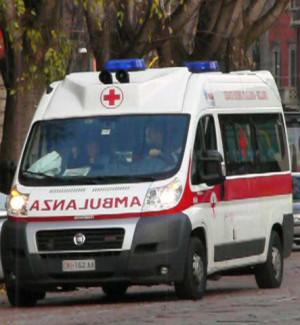 Bovalino, l'ambulanza tarda ad arrivare: partorisce una bimba in casa