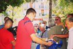 I giocatori del Crotone offrono la colazione ai tifosi in fila per l'abbonamento