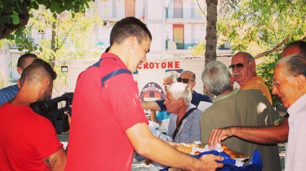 crotone, giocatori offrono colazione, Nwankwo Simy, Vladimir Golemić, Catanzaro, Calabria, Sport