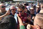 """Bagno di folla ed entusiasmo alle stelle per Denis: i tifosi della Reggina accolgono """"El Tanque"""" - Foto"""