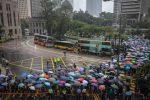 A Hong Kong la tensione resta alta, migliaia di professori sfilano sotto la pioggia