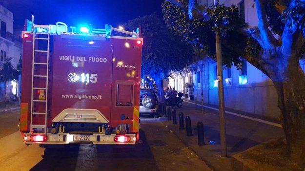 Incendio in un bistrot di Messina, locale distrutto dalle fiamme - Foto