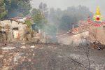 Incendi, a Gimigliano le fiamme danneggiano le abitazioni: evacuati i residenti