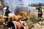 Incendio in un fienile a Isola Capo Rizzuto, un'abitazione a pochi metri dalle fiamme - Foto
