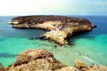 Cadono massi sull'Isola dei Conigli a Lampedusa e scoppia il caos: soccorso un turista intrappolato
