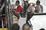 A Lampedusa gli 83 migranti della Open Arms, le foto dello sbarco