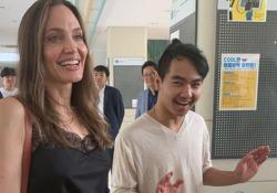 Angelina Jolie accompagna il figlio all'università: «Che emozione, sto cercando di non piangere» L'attrice ha accompagnato il maggiore dei suoi sei figli al campus dell'università in Corea del Sud - Corriere Tv