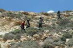 Cadono massi sull'Isola dei Conigli a Lampedusa e scoppia il caos: soccorso un turista