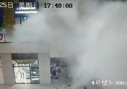 Cina: una «bomba d'acqua» nel centro commerciale travolge i visitatori A causa delle forti precipitazioni, il tetto di un centro commerciale della città cinese di Dongguan è crollato improvvisamente - CorriereTV