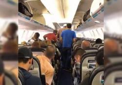 E se la prossima volta uscissimo tutti così dall'aereo? Ecco il modo giusto per scendere. Il video (virale) girato a bordo di un aereo canadese - CorriereTV
