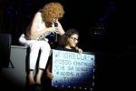 Fiorella Mannoia, emozione sul palco: cede il microfono a Sarah, fan di 9 anni, e si commuove