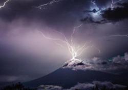 Fulmini e saette: lo «spettacolo pirotecnico» in cima al vulcano La incredibile tempesta di fulmini sulla cima del Volcán de Agua, in Guatemala - CorriereTV