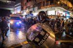 Hong Kong, la polizia lancia lacrimogeni per disperdere i manifestanti: decine di arresti