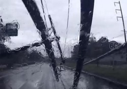 Il palo della luce piomba sull'automobile: la guidatrice salva per miracolo Una forte tempesta nel sud della Thailandia ha fatto crollare dozzine di tralicci nei giorni scorsi - CorriereTV