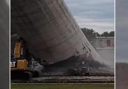 Il peggior modo di abbattere un silo Il piano era di abbattere lentamente la struttura, ma questa è crollata inaspettatamente. Il silo crolla sull'escavatore, l'operaio si salva - CorriereTV