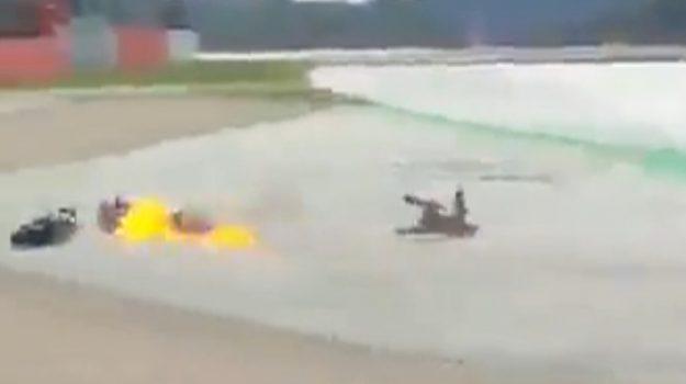 MotoGp, spettacolare incidente tra Dovizioso e Quartararo: la Ducati prende fuoco - Video