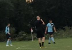 Inghilterra: non c'è il fischietto, l'arbitro usa l'armonica La scena in una partita di National League, campionato calcistico inglese di quinta serie - CorriereTV