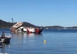 La nave con autocisterna a bordo si rovescia e affonda Il video ripreso da un testimone a Great Mackerel Beach, in Australia - CorriereTV