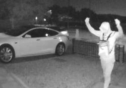Londra: Tesla da 100.000 euro rubata in 30 secondi. Ecco il trucco Due ladri hanno rubato la costosa auto elettrica dal cortile di una villetta - CorriereTV