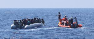 Nuovo sbarco a Lampedusa, oltre 100 migranti trasferiti nell'hotspot dell'isola