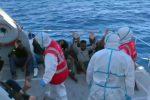 Open Arms, sbarcano 27 migranti e sale lo scontro tra Conte e Salvini