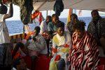 """Open Arms, altri 4 migranti lasciano la nave per cure mediche. L'ong: """"Fateli sbarcare tutti"""""""