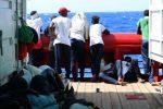 Migranti, tredicesimo giorno sulla Ocean Viking per 356: si attende un porto sicuro