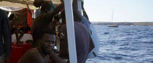 """La Open Arms resta in attesa e rilancia: """"Portate i migranti in Spagna con un aereo"""""""