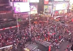 """Panico a Times Square: gente in fuga, ma era il rumore della marmitta di una moto Persone in fuga nel centro di Manhattan: """"Come un colpo di pistola"""" - CorriereTV"""