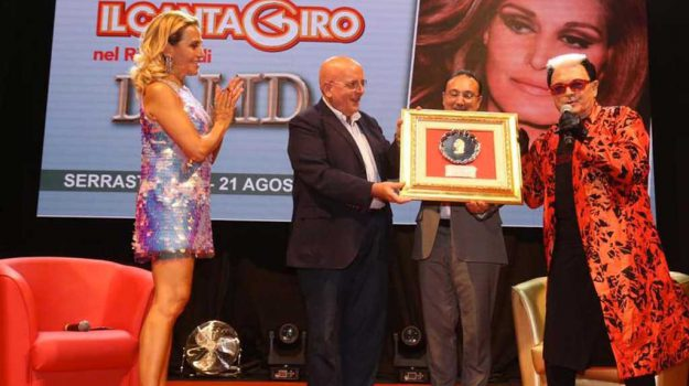 Serrastretta, folla ed entusiasmo al premio Dalida