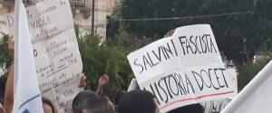 Cartelli di contestazione nei confronti di Salvini a Siracusa