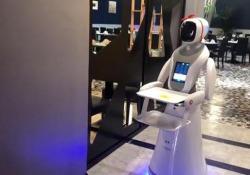 """Robot che servono sushi ai tavoli, per la prima volta in Sardegna Attrazione in sushi-bar, nessun posto di lavoro """"umano"""" perso - Ansa"""