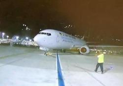 Tel Aviv: il Boeing 737 rotola all'indietro sulla pista dell'aeroporto All'aeroporto di Tel Aviv, un aereo Boeing si è staccato dal rimorchiatore - CorriereTV