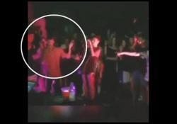 Young Signorino schiaffeggia fan durante il concerto L'improvvisa reazione del cantante ad una «provocazione» nel corso della sua esibizione a Fermo - Corriere Tv