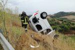 Crotone, auto finisce fuori strada: un ferito