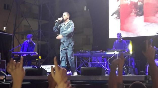 A Cosenza l'idolo Mahmood infiamma la piazza: le foto del concerto