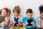 """Bambini a rischio """"gobba"""", allarme cifosi """"da smartphone"""": casi aumentati del 700%"""