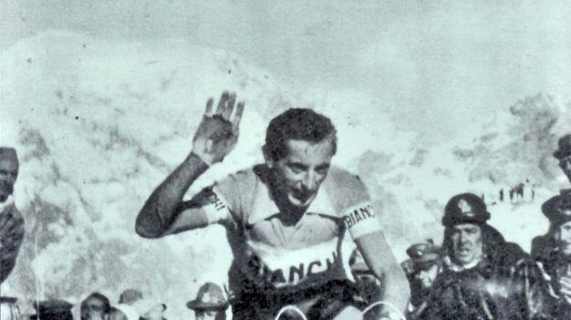 Fausto Coppi alla Parigi-Roubaix del 1949.ANSA/MUSEO DEI CAMPIONISSIMIEDITORIAL USE ONLY - NO SALES - NO ARCHIVE