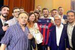 """Maglia del Crotone con la scritta """"Lega"""" a Salvini, la società rossoblù protesta - Video"""