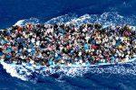 Dopo il naufrago di Lampedusa un'altra barca rischia di affondare con donne e bambini