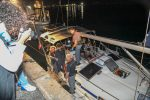 Migranti, in 58 arrivano a Crotone: il video dell'imbarcazione