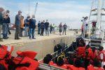 La nave Eleonore con oltre 100 migranti a bordo entra nel porto di Pozzallo