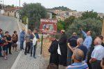 """Riace """"paese accoglienza"""", via il cartello: al suo posto un pannello per i Santi Cosma e Damiano"""