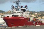 La Ocean Viking arrivata al Molo Norimberga di Messina, fine di un'odissea per 182 migranti